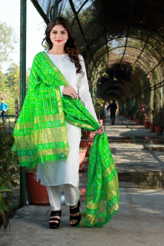 This Pretty Dupatta Is Fabricated On Poly Chiffon Silk Beautified With Bandhani Prints All Over