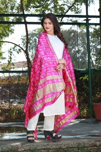This Pretty Pink Dupatta Is Fabricated On Poly Chiffon Silk Beautified With Bandhani Prints