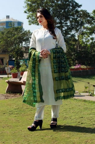This Pretty Green Dupatta Is Fabricated On Poly Chiffon Silk Beautified With Bandhani Prints