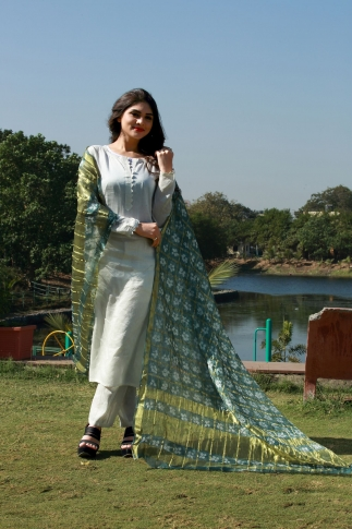 This Pretty Grey Dupatta Is Fabricated On Poly Chiffon Silk Beautified With Bandhani Prints