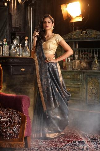 Grey Matka Silk Saree With Zari Work Fabricated on Pure Matka Silk