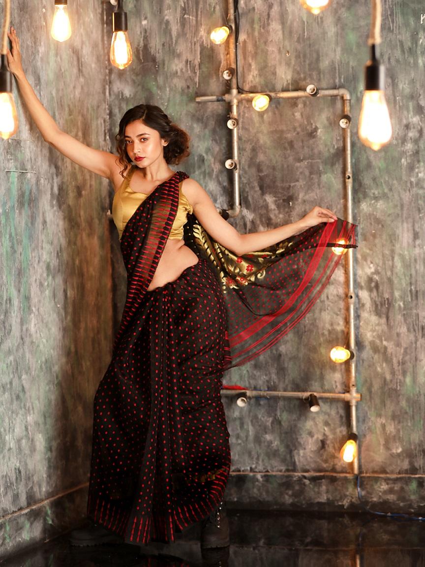 Black Hand woven Zamdani Saree With Red Butta 0