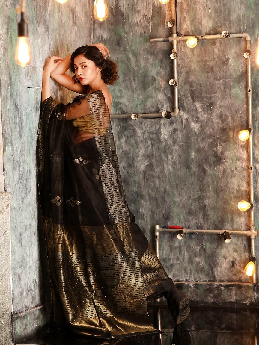 Black Hand woven Matka Silk Saree With Zari Pallu 1